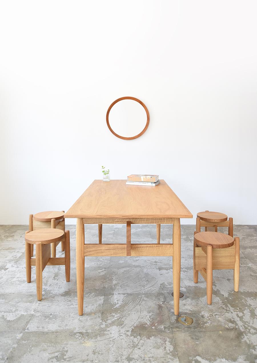 ihållande(イホランデ)のオーク材のダイニングテーブル