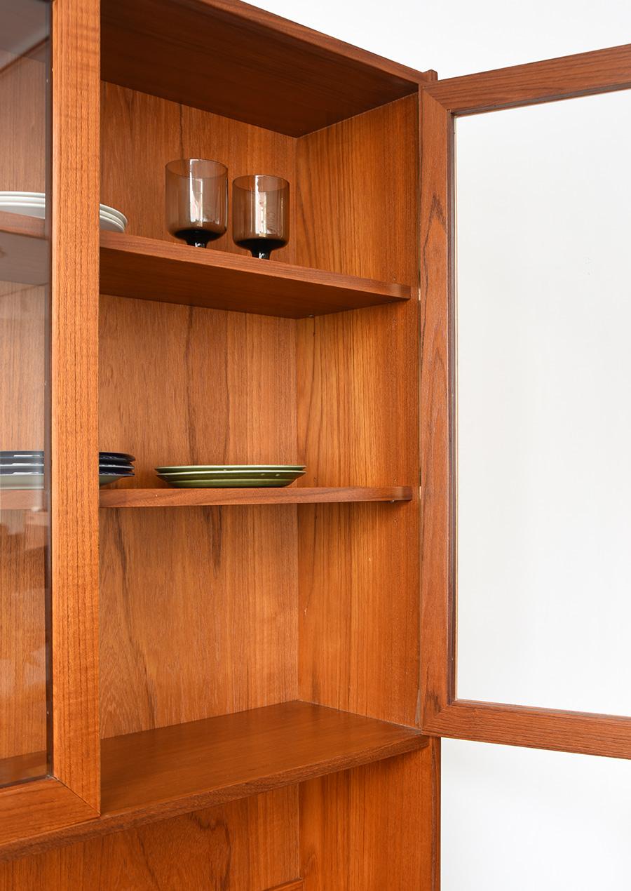 スウェーデン製の食器棚/本棚 ガラス扉とチーク材
